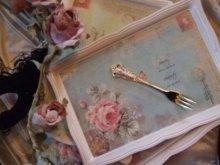 他の写真を見る2: 花柄とティアラの金のフォーク