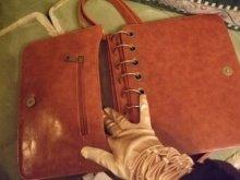 他の写真を見る2: 【再入荷】アンティークブックスタイルバッグ