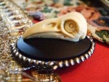 他の写真を見る3: Cameo brooch and pendant 鳥の頭蓋骨デザインカメオテイストブローチ
