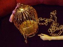 他の写真を見る2: 麗しき御手を閉じ込めた金の鳥籠ネックレス。