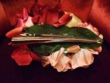 他の写真を見る3: 薔薇のブーケの髪飾り コンコルド