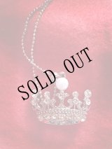 パールの王冠ネックレス。