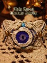 壱点物マクラメジュエリー フルハンドメイド手焼き硝子の目玉とマクラメのブレス「ナチュラル×ブルーアイ」